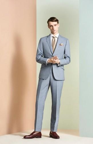 Как и с чем носить: голубой костюм в клетку, белая классическая рубашка, темно-красные кожаные лоферы, бежевый галстук
