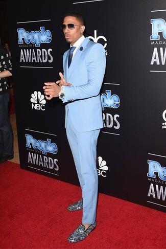 Модный лук: Голубой костюм, Белая классическая рубашка, Серебряные лоферы с пайетками, Темно-синий шелковый галстук