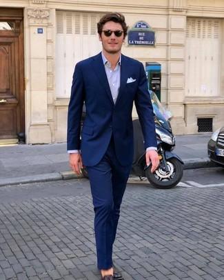 Как и с чем носить: темно-синий костюм, светло-фиолетовая классическая рубашка, темно-коричневые кожаные лоферы, белый нагрудный платок