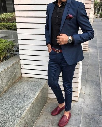 Как и с чем носить: темно-синий костюм, черная классическая рубашка, красные кожаные лоферы, темно-красный нагрудный платок в горошек