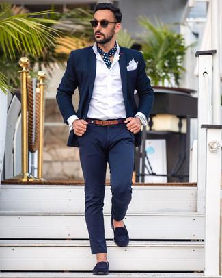 Как и с чем носить: темно-синий костюм, белая классическая рубашка, темно-синие замшевые лоферы, белый нагрудный платок