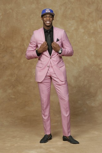 Черно-белый нагрудный платок в горошек: с чем носить и как сочетать: Стильное сочетание розового костюма и черно-белого нагрудного платка в горошек поможет выразить твою индивидуальность и выделиться из серой массы. Любители экспериментов могут дополнить образ черными сатиновыми лоферами, тем самым добавив в него чуточку строгости.