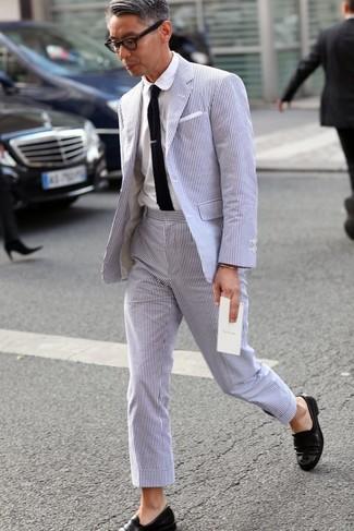 Как и с чем носить: голубой костюм из жатого хлопка, белая классическая рубашка, черные кожаные лоферы, черный вязаный галстук