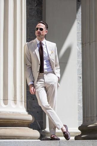 Как и с чем носить: бежевый костюм из жатого хлопка, белая классическая рубашка, темно-коричневые кожаные лоферы, темно-коричневый вязаный галстук