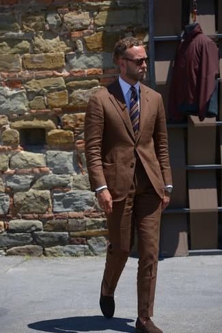 Как и с чем носить: коричневый костюм, белая классическая рубашка, темно-коричневые замшевые лоферы, темно-синий галстук в горизонтальную полоску