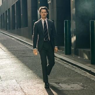 Как и с чем носить: темно-серый костюм, белая классическая рубашка, черные кожаные лоферы, темно-синий галстук в горизонтальную полоску