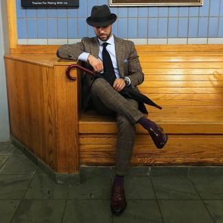 Как и с чем носить: коричневый шерстяной костюм в шотландскую клетку, голубая классическая рубашка, темно-коричневые кожаные лоферы, темно-серая шерстяная шляпа