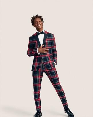 Как и с чем носить: темно-сине-красный костюм в шотландскую клетку, белая классическая рубашка, черные кожаные лоферы, темно-синий галстук-бабочка