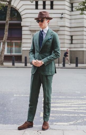 Темно-зеленый костюм: с чем носить и как сочетать: Темно-зеленый костюм в паре с белой классической рубашкой позволит реализовать строгий деловой стиль. Коричневые замшевые лоферы помогут сделать образ не таким строгим.