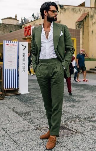 Темно-зеленый костюм: с чем носить и как сочетать: Комбо из темно-зеленого костюма и белой классической рубашки — воплощение строгого делового стиля. Чтобы ансамбль не получился слишком отполированным, можно надеть табачные замшевые лоферы.