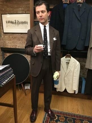 Темно-коричневые носки: с чем носить и как сочетать мужчине: Если у вас на работе отсутствует дресс-код, обрати внимание на такое сочетание темно-коричневого костюма и темно-коричневых носков. Теперь почему бы не привнести в этот образ на каждый день толику стильной строгости с помощью темно-красных кожаных лоферов?