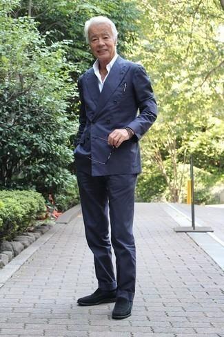 Темно-коричневый браслет: с чем носить и как сочетать мужчине: Несмотря на свою простоту, сочетание темно-синего костюма и темно-коричневого браслета приходится по душе стильным мужчинам, неизбежно покоряя при этом сердца женского пола. Теперь почему бы не привнести в этот образ на каждый день толику изысканности с помощью темно-синих замшевых лоферов?