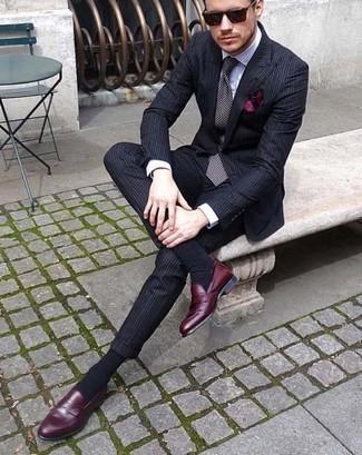 Темно-красный нагрудный платок: с чем носить и как сочетать: Темно-синий костюм в вертикальную полоску и темно-красный нагрудный платок надежно закрепились в гардеробе современных мужчин, помогая создавать неприевшиеся и удобные ансамбли. Разнообразить лук и добавить в него толику классики позволят темно-красные кожаные лоферы.