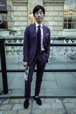 Фиолетовый костюм: с чем носить и как сочетать: Комбо из фиолетового костюма и белой классической рубашки — превосходный пример делового городского стиля. Такой лук легко адаптировать к повседневным делам, если надеть в тандеме с ним черные бархатные лоферы.