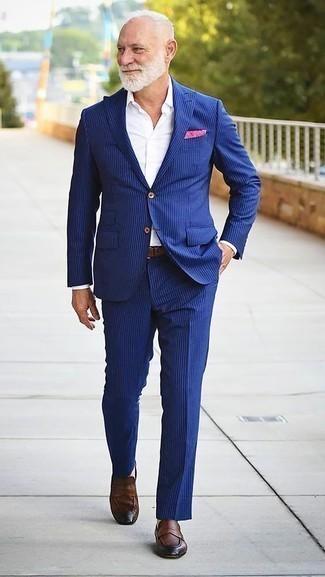 Ярко-розовый нагрудный платок: с чем носить и как сочетать: Синий костюм в вертикальную полоску и ярко-розовый нагрудный платок будут прекрасно смотреться в стильном гардеробе самых взыскательных джентльменов. Хочешь сделать лук немного элегантнее? Тогда в качестве дополнения к этому образу, стоит обратить внимание на коричневые кожаные лоферы.