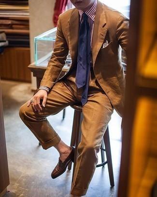 С чем носить темно-синий галстук мужчине: Сочетание табачного костюма и темно-синего галстука позволит создать модный и привлекательный лук. Если сочетание несочетаемого привлекает тебя не меньше, чем безвременная классика, заверши этот лук коричневыми кожаными лоферами.