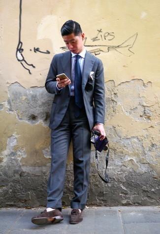С чем носить темно-синий галстук мужчине: Несмотря на то, что это достаточно выдержанный лук, дуэт темно-серого костюма и темно-синего галстука приходится по душе стильным мужчинам, непременно покоряя при этом сердца дамского пола. Ты можешь легко адаптировать такой ансамбль к повседневным условиям городской жизни, надев темно-коричневыми замшевыми лоферами.