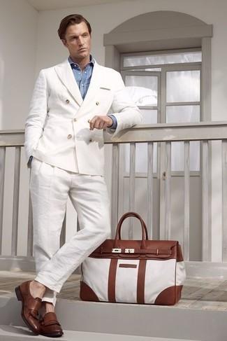 С чем носить голубую классическую рубашку из шамбре мужчине: Несмотря на то, что это классический ансамбль, образ из голубой классической рубашки из шамбре и белого льняного костюма всегда будет по душе джентльменам, пленяя при этом сердца представительниц прекрасного пола. Этот образ органично закончат коричневые кожаные лоферы c бахромой.