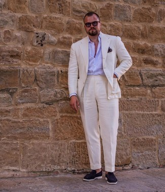 Мужские луки: Белый костюм в сочетании с голубой классической рубашкой в вертикальную полоску — чудесный пример делового городского стиля. Темно-синие замшевые лоферы становятся великолепным дополнением к твоему луку.