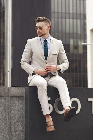 Как и с чем носить: бежевый костюм, голубая классическая рубашка, коричневые кожаные монки с двумя ремешками, темно-зеленый галстук в горизонтальную полоску