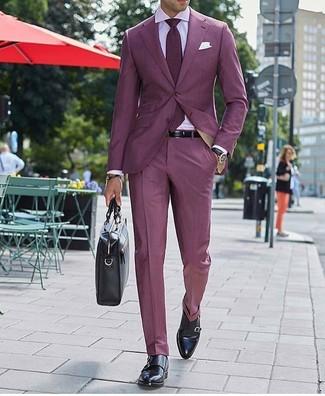 Как и с чем носить: темно-красный костюм, розовая классическая рубашка, черные кожаные монки с двумя ремешками, черный кожаный портфель