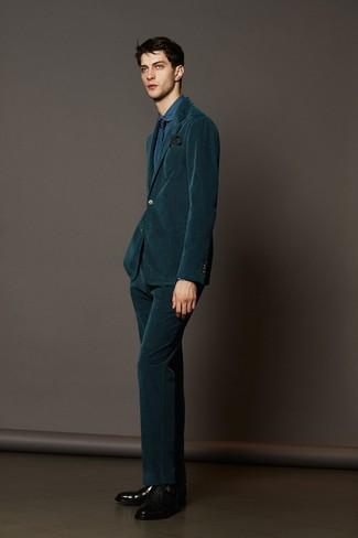 Модный лук: темно-зеленый вельветовый костюм, синяя джинсовая классическая рубашка, черные кожаные монки с двумя ремешками, темно-синий галстук с геометрическим рисунком
