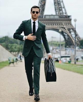 Как и с чем носить: темно-зеленый костюм, белая классическая рубашка, черные кожаные монки с двумя ремешками, черная кожаная дорожная сумка