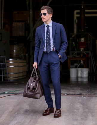 Темно-коричневая кожаная дорожная сумка: с чем носить и как сочетать мужчине: В темно-синем костюме и темно-коричневой кожаной дорожной сумке можно пойти на встречу в непринужденной обстановке или провести выходной день, когда в планах культурное мероприятие без дресс-кода. Хотел бы сделать образ немного элегантнее? Тогда в качестве обуви к этому ансамблю, выбирай темно-коричневые кожаные монки с двумя ремешками.