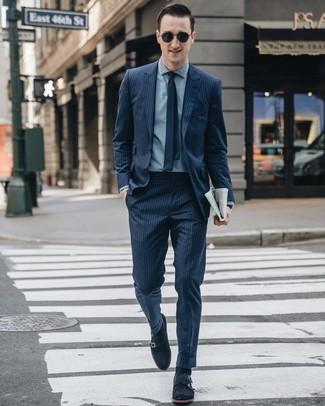 Как и с чем носить: темно-синий костюм в вертикальную полоску, голубая классическая рубашка из шамбре, темно-синие замшевые монки с двумя ремешками, темно-синий галстук