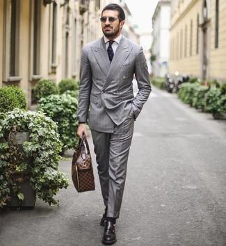 Как и с чем носить: серый костюм в вертикальную полоску, белая классическая рубашка, черные кожаные монки с двумя ремешками, коричневый кожаный портфель