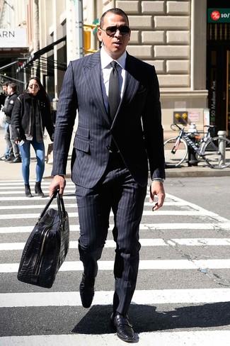 Как и с чем носить: темно-синий костюм в вертикальную полоску, белая классическая рубашка, черные кожаные монки с двумя ремешками, черная кожаная дорожная сумка