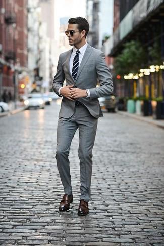 Как и с чем носить: серый костюм в шотландскую клетку, белая классическая рубашка, темно-коричневые кожаные монки с двумя ремешками, темно-сине-белый галстук в горизонтальную полоску