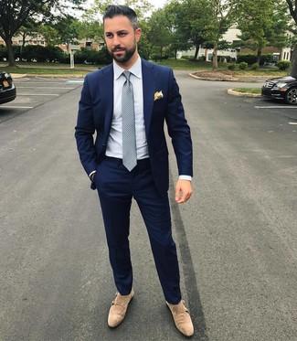 Как и с чем носить: темно-синий костюм, белая классическая рубашка в вертикальную полоску, бежевые замшевые монки с двумя ремешками, серый галстук в горошек