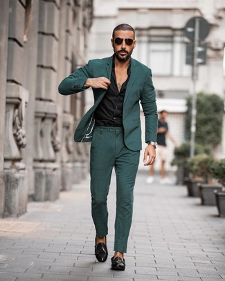 Как и с чем носить: темно-зеленый костюм, черная классическая рубашка, черные кожаные монки с двумя ремешками, темно-коричневые солнцезащитные очки