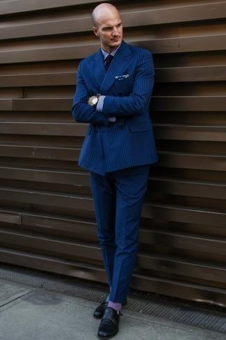 Черные кожаные часы: с чем носить и как сочетать мужчине: Тандем темно-синего костюма в вертикальную полоску и черных кожаных часов поможет выглядеть аккуратно, а также выразить твой личный стиль. Любишь экспериментировать? Закончи лук черными кожаными монками с двумя ремешками.