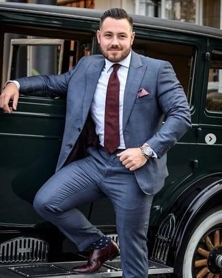 Белая классическая рубашка в вертикальную полоску: с чем носить и как сочетать мужчине: Несмотря на то, что этот ансамбль весьма классический, образ из белой классической рубашки в вертикальную полоску и синего костюма неизменно нравится стильным мужчинам, покоряя при этом сердца прекрасных дам. Что касается обуви, темно-красные кожаные монки с двумя ремешками — самый приемлимый вариант.