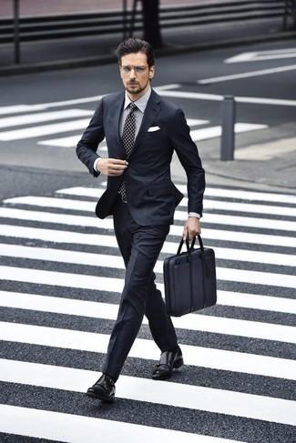 Черные кожаные монки с двумя ремешками: с чем носить и как сочетать: Темно-синий костюм смотрится великолепно в тандеме с серой классической рубашкой в вертикальную полоску. В сочетании с этим ансамблем наиболее гармонично будут выглядеть черные кожаные монки с двумя ремешками.