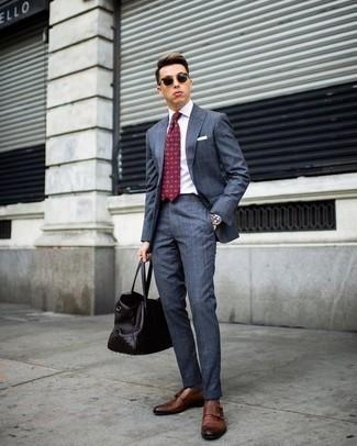 Темно-красный галстук с принтом: с чем носить и как сочетать мужчине: Несмотря на то, что это довольно-таки сдержанный образ, дуэт синего костюма и темно-красного галстука с принтом всегда будет нравиться джентльменам, неминуемо пленяя при этом сердца дамского пола. Чтобы добавить в ансамбль толику авантюрности , на ноги можно надеть коричневые кожаные монки с двумя ремешками.
