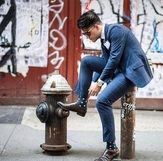 Темно-сине-белые носки в горошек: с чем носить и как сочетать мужчине: Составив лук из синего костюма в клетку и темно-сине-белых носков в горошек, можно спокойно отправляться на свидание с девушкой или встречу с друзьями в непринужденной обстановке. Завершив образ темно-коричневыми кожаными монками с двумя ремешками, можно привнести в него немного привлекательного консерватизма.
