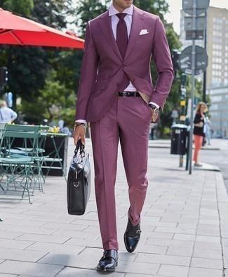 Фиолетовый костюм: с чем носить и как сочетать: Фиолетовый костюм и белая классическая рубашка позволят составить изысканный мужской лук. Дерзкие мужчины завершат ансамбль черными кожаными монками с двумя ремешками.