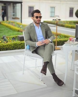 С чем носить темно-коричневые носки мужчине: Привлекательное сочетание оливкового костюма и темно-коричневых носков однозначно будет обращать на себя внимание прекрасных барышень. Опасаешься выглядеть слишком небрежно? Дополни этот лук темно-коричневыми замшевыми монками с двумя ремешками.