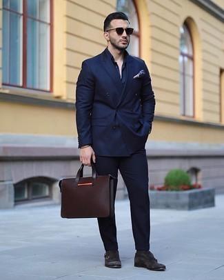С чем носить темно-коричневые носки мужчине: Составив образ из темно-синего костюма и темно-коричневых носков, можно с уверенностью отправляться на свидание с возлюбленной или мероприятие с друзьями в расслабленной обстановке. Такой ансамбль легко получает новое прочтение в паре с темно-коричневыми замшевыми монками с двумя ремешками.