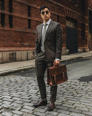 С чем носить темно-коричневые кожаные монки с двумя ремешками: Для воплощения элегантного мужского вечернего лука идеально подойдет темно-коричневый костюм и серая классическая рубашка. Закончив ансамбль темно-коричневыми кожаными монками с двумя ремешками, ты привнесешь в него свежие нотки.
