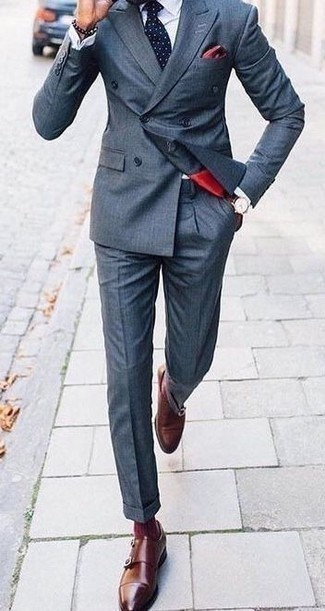С чем носить темно-коричневые кожаные часы мужчине: Стильное сочетание темно-синего костюма и темно-коричневых кожаных часов без сомнений будет привлекать взоры прекрасного пола. Такой лук легко обретает свежее прочтение в тандеме с коричневыми кожаными монками с двумя ремешками.