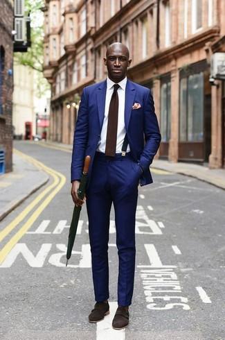 Как и с чем носить: синий костюм, белая классическая рубашка, темно-коричневые замшевые монки с двумя ремешками, темно-коричневый шерстяной галстук