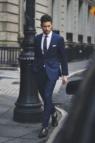 Модный лук: темно-синий костюм в клетку, белая классическая рубашка, темно-коричневые кожаные монки с двумя ремешками, черный галстук в горошек