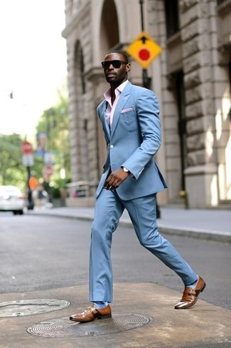 Как и с чем носить: голубой костюм, розовая классическая рубашка в мелкую клетку, коричневые кожаные монки, розовый нагрудный платок