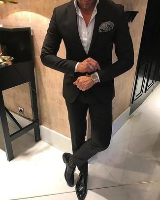 Как и с чем носить: черный костюм, белая классическая рубашка, черные кожаные монки, черно-белый нагрудный платок с принтом