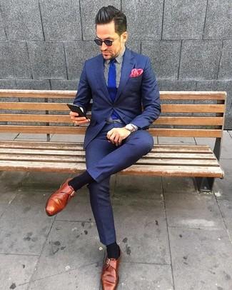Как и с чем носить: темно-синий костюм, бело-черная классическая рубашка в вертикальную полоску, табачные кожаные монки, синий вязаный галстук