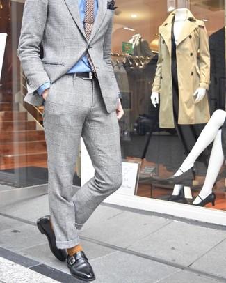Темно-коричневый нагрудный платок с принтом: с чем носить и как сочетать: Комбо из серого костюма в шотландскую клетку и темно-коричневого нагрудного платка с принтом позволит создать стильный мужской лук. Почему бы не привнести в повседневный лук толику стильной строгости с помощью черных кожаных монок?